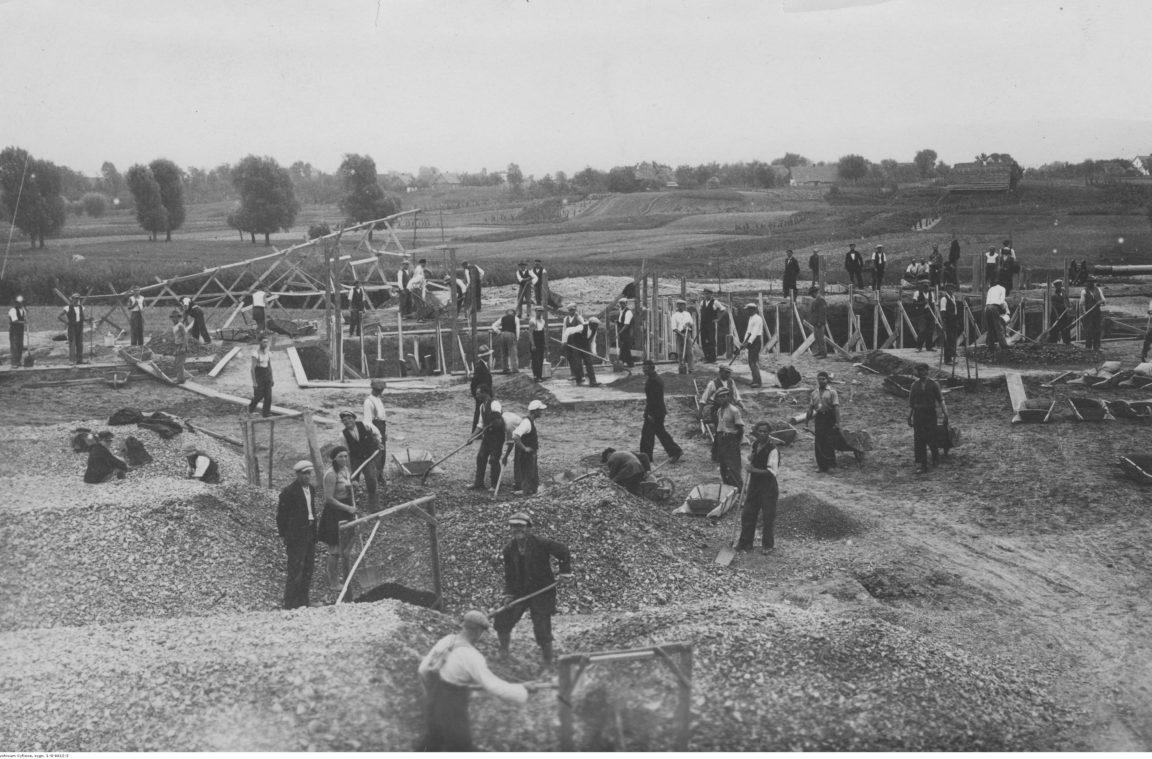 Budowa wodociągu w Rzeszowie. Robotnicy przy pracach ziemnych, rok 1933-09