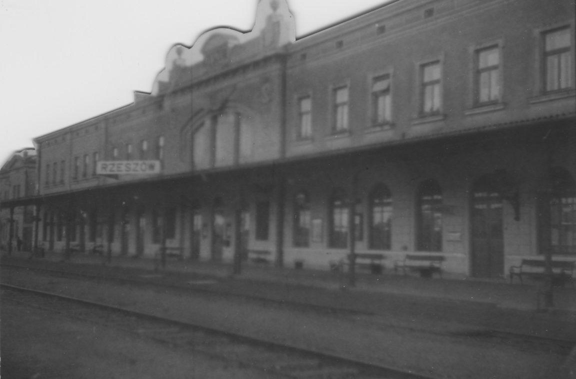 Dworzec kolejowy w Rzeszowie - widok dworca od strony peronu, rok 1932