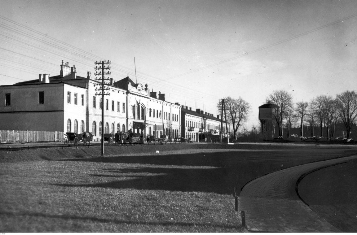 Dworzec kolejowy w Rzeszowie - widok od strony ulicy, rok 1939-1940