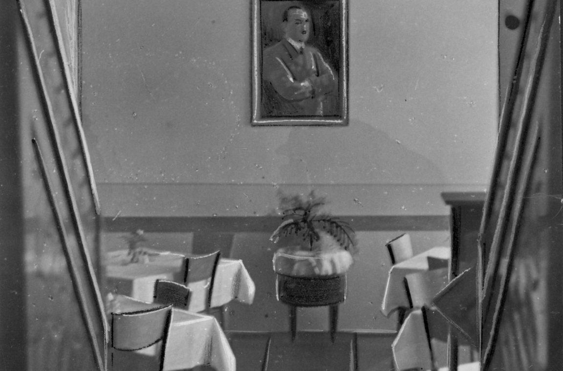 Hotel Reichshof w Rzeszowie - fragment wnętrza. Widoczna sala ze stolikami. Na ścianie portret Adolfa Hitlera, rok 1940-12