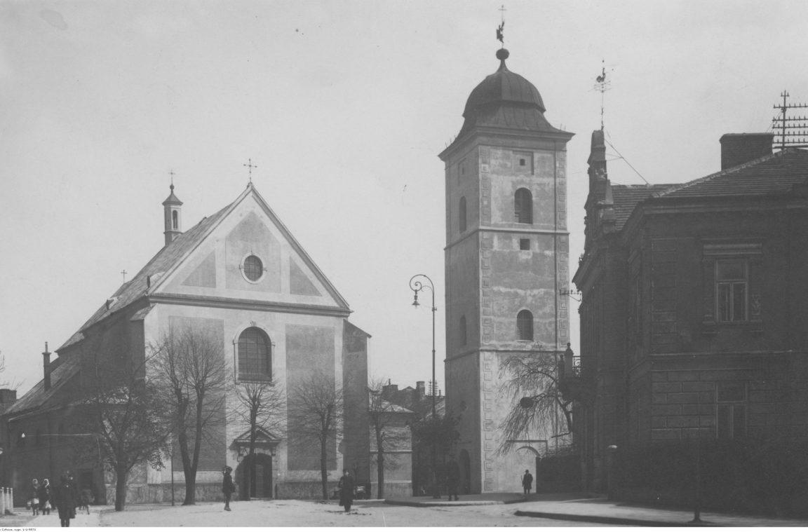 Kościół Farny w Rzeszowie - świętych Wojciecha i Stanisława. Widok zewnętrzny kościoła wraz z najstarszą budowlą miasta dzwonnicą, rok 1918-1939