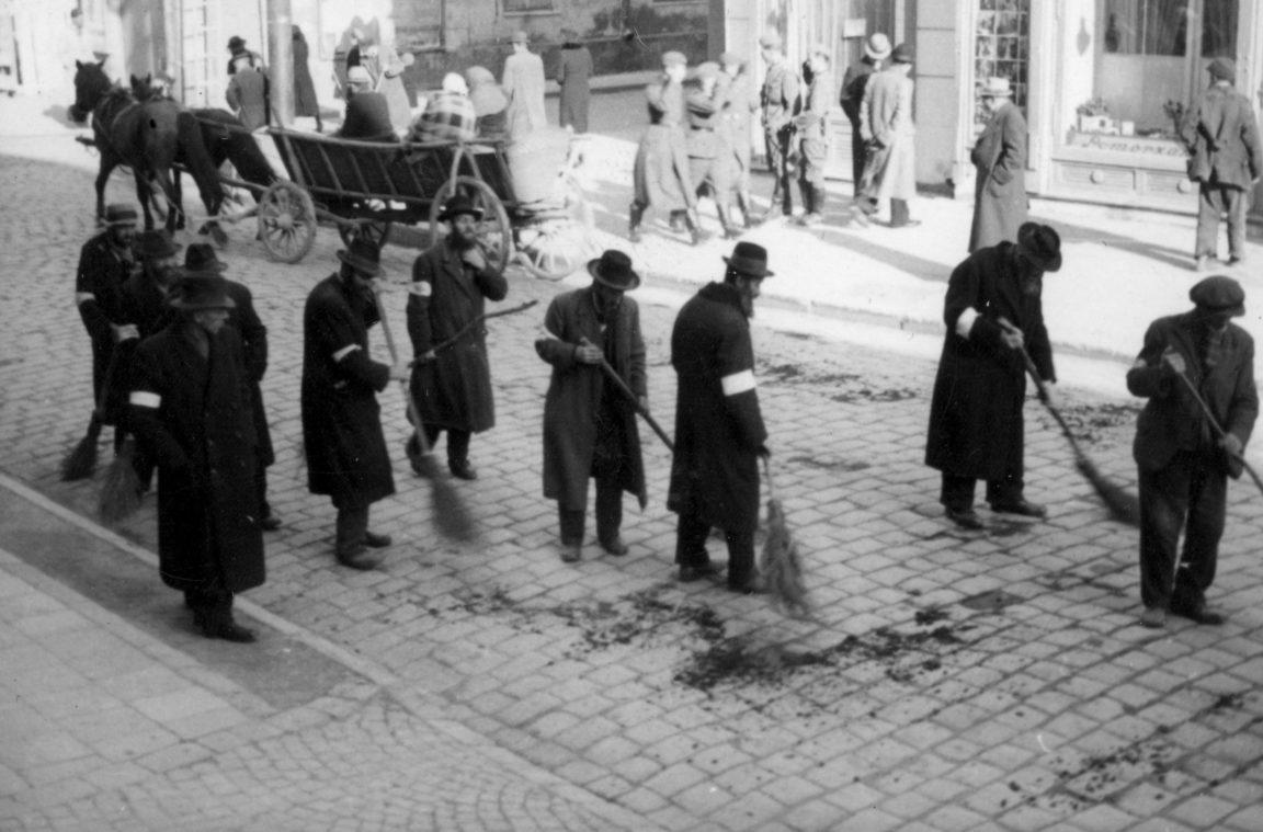 Ludność żydowska zamiata ulicę, rok 1939-45