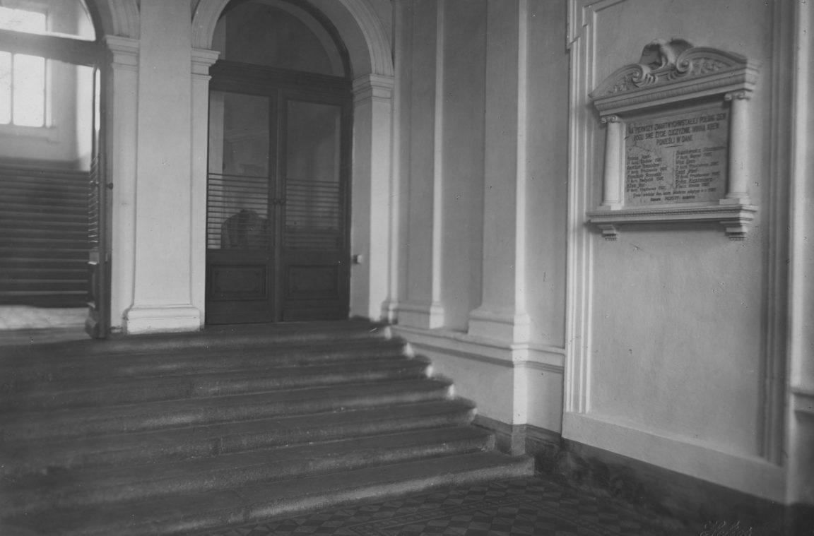 Państwowe Seminarium Nauczycielskie im. Stanisława Staszica w Rzeszowie. Schody wejściowe do budynku.Z prawej widoczna tablica pamiątkowa ku czci poległych w 1920 r. profesorów i uczniów, rok 1936