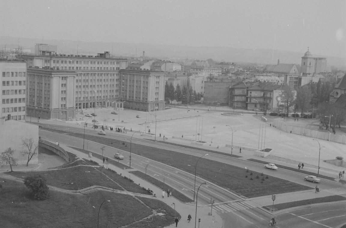 Panorama Rzeszowa. Z lewej gmach Prezydium Wojewódzkiej Rady Narodowej, rok 1974-05-12