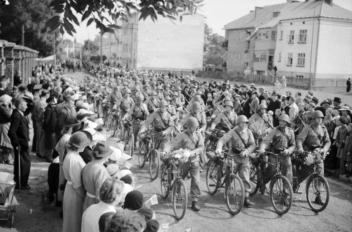 Powrót wojska po manewrach do Rzeszowa. Powitanie żołnierzy na jednej z ulic miasta - oddział żołnierzy z rowerami, rok 1938-09