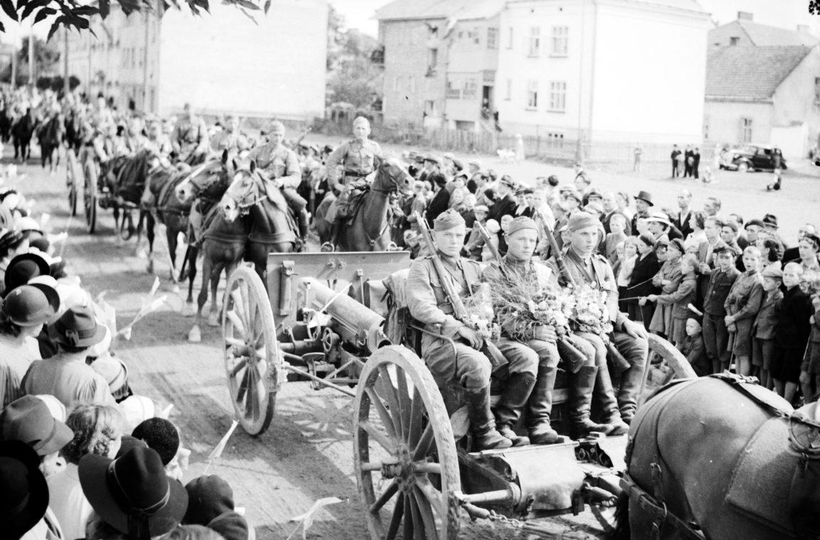 Powrót wojska po manewrach do Rzeszowa. Widoczny zaprzęg artyleryjski - armata polowa 75 mm wz. 1897 Schneider wraz z przodkiem i obsługą, rok 1938-09