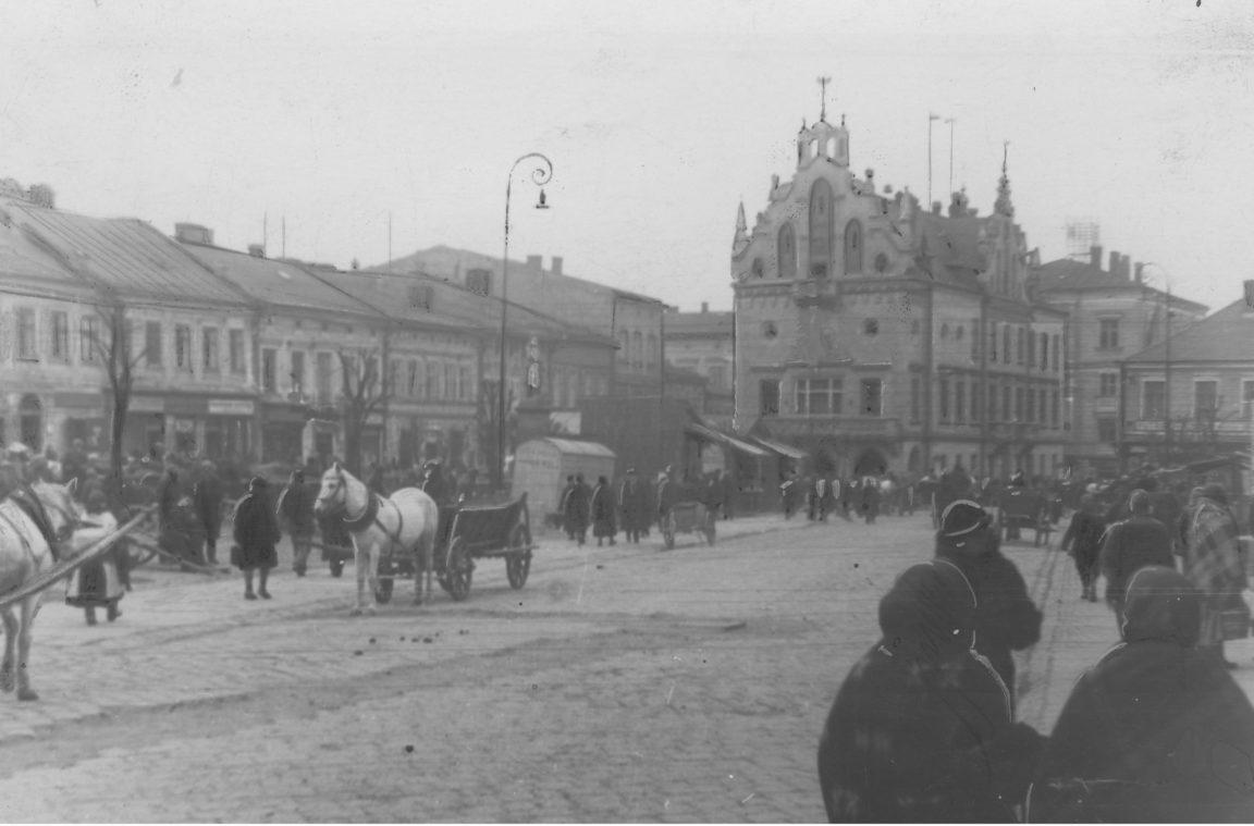 Targowisko na Rynku w Rzeszowie. W tle ratusz, rok 1937