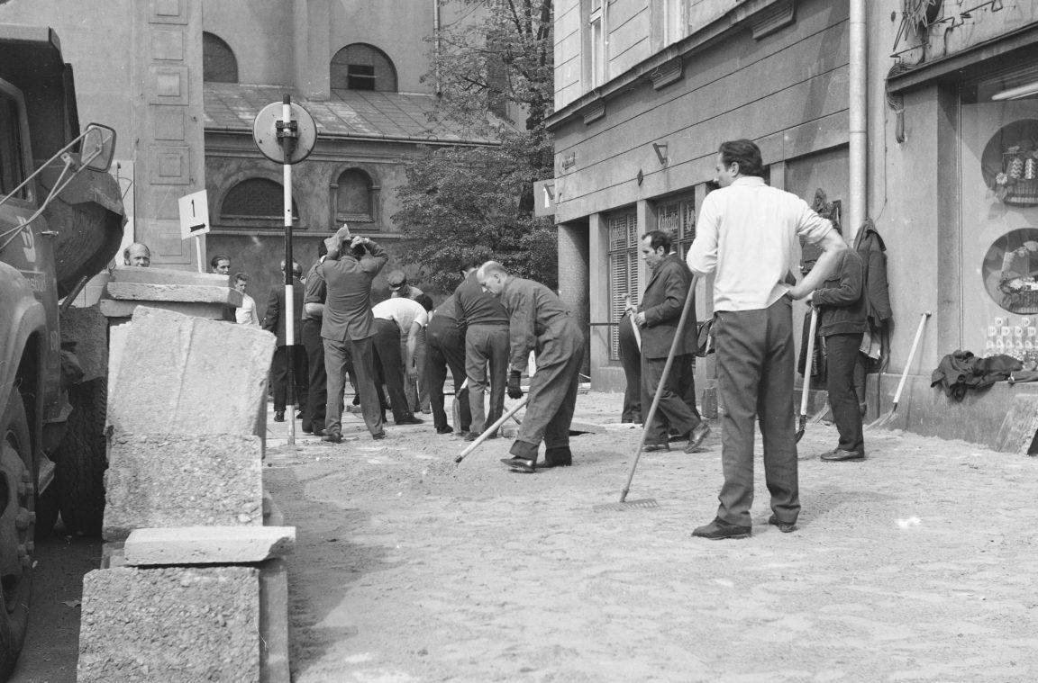 Układanie chodnika w czynie społecznym w Rzeszowie, rok 1974-05-12