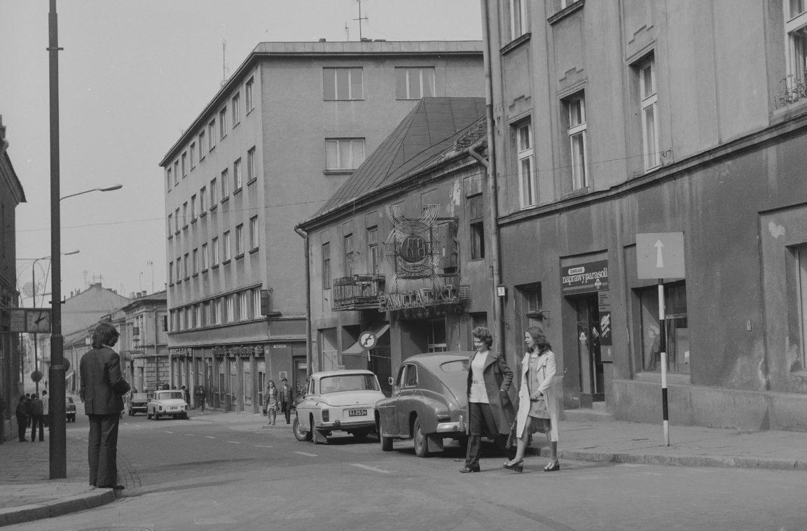 Ulica Grunwaldzka w Rzeszowie. Widoczne m.in samochody FSO Warszawa, rok 1974-05-12