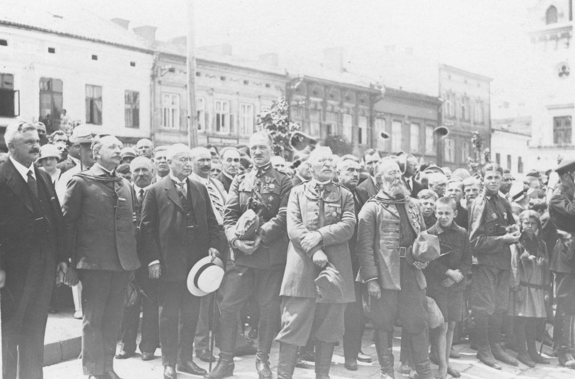 Zlot członków Towarzystwa Gimnastycznego Sokół w Rzeszowie. Działacze Towarzystwa Gimnastycznego Sokół i przedstawiciele władz miasta podczas uroczystości na Rynku, rok 1919-1939